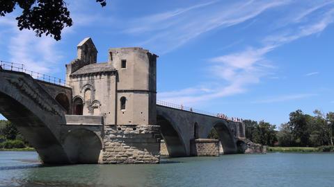 Chapel and the unfinished medieval bridge in Avignon Acción en vivo