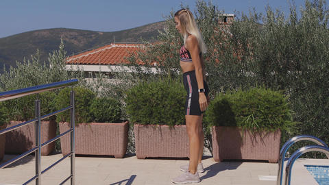 sporty woman squats workout outdoors Acción en vivo