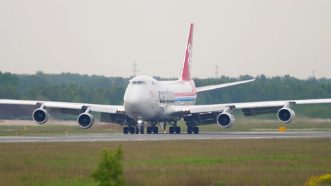 Cargolux Boeing 747 airfreighter taxiing Acción en vivo
