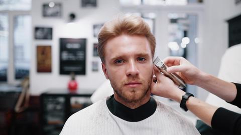 Barber makes a trendy haircut Acción en vivo