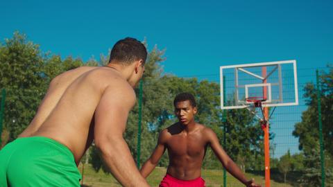 Basketball players compete fiercely at urban court Acción en vivo