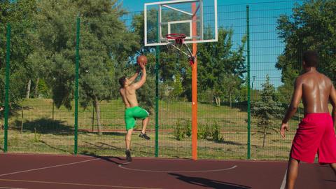 Streetball player making bouncing pass to teammate Acción en vivo