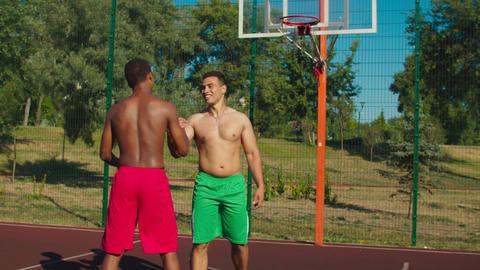 Basketball players making handshake after match Acción en vivo