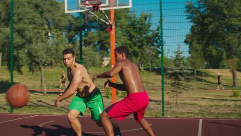 Streetball player making forced turnover on court Acción en vivo