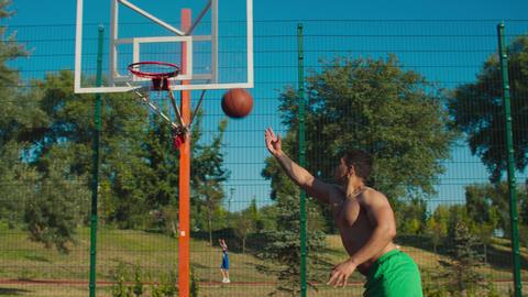 Streetball player setting up alley-oop for teammate Acción en vivo