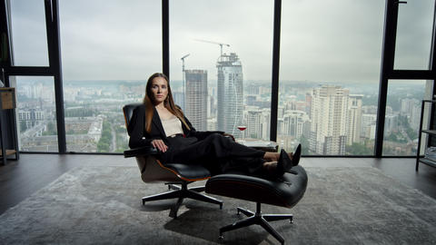 Businesswoman sitting on chair in office. Entrepreneur relaxing on office chair Acción en vivo