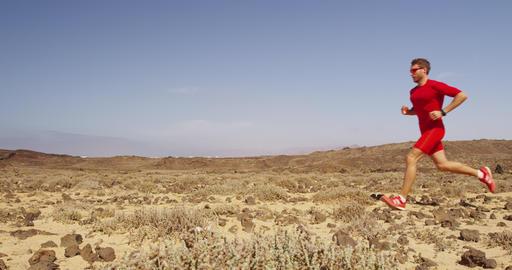Athlete running - man runner exercising on trail running fast Acción en vivo