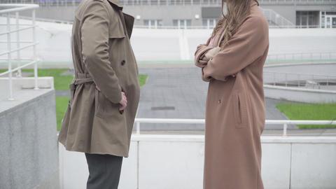 Side view of unrecognizable young couple arguing on city street. Elegant Acción en vivo