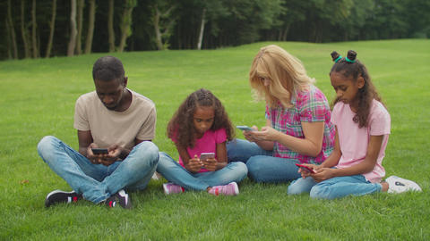 Phone addicted family ignoring each other outdoors Acción en vivo
