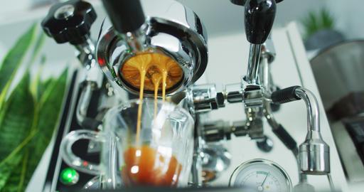 Espresso machine perfect extraction of coffee pouring from portafilter Acción en vivo