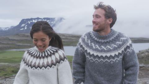 Happy young couple laughing outside in nature Acción en vivo