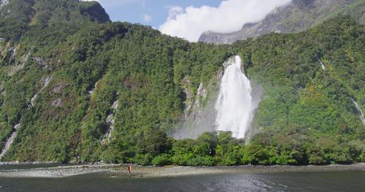 Milford Sound Waterfall in Fiordland National Park, Bowen Falls, New Zealand Acción en vivo