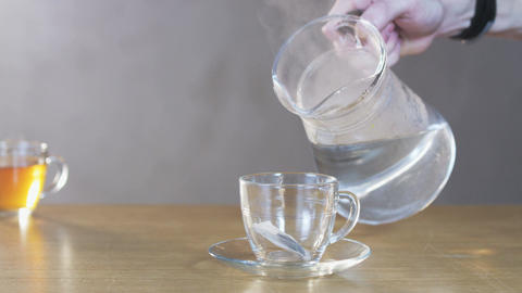 Man Pours Boiling Water Into a Cup ビデオ