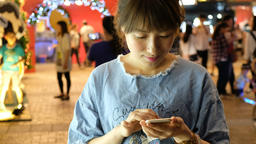 Woman use of smartphone at outdoor Live影片
