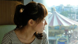young woman looking through a window Live影片