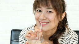 Girl drinking iced coffee Live影片
