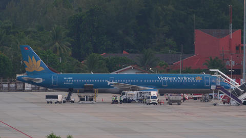 Vietnam Airlines Airbus A321 on service before departure Live Action