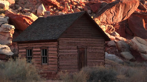 Slow pan-up of a historic log one-room schoolhouse in Capital Reef National Park ライブ動画
