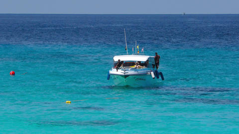 Tourists arrive on the Similan Islands ビデオ