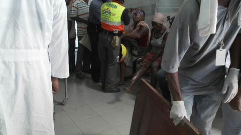 Earthquake victims arrive at the hospital in Haiti Stock Video Footage