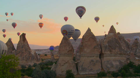 Hundreds of hot air balloons rise in the morning l Footage