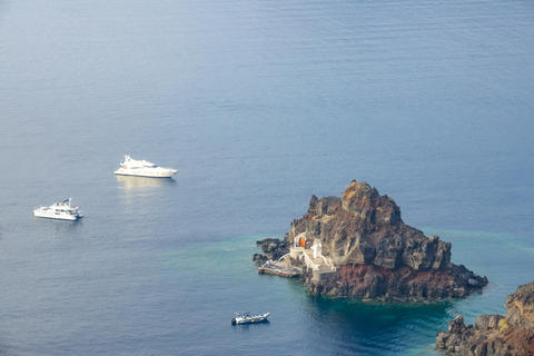 Small Rocky Island and Yachts and Boat Anchored Fotografía