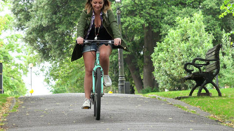 beautiful woman riding in bike ビデオ