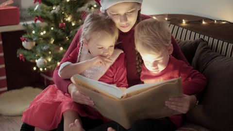 Xmas, winter, new year, Celebration, family concept - Young happy mom two little Acción en vivo