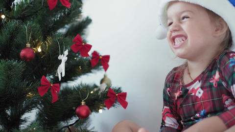 Xmas, winter, new year, Celebration, family concept - happy smilling little girl Acción en vivo