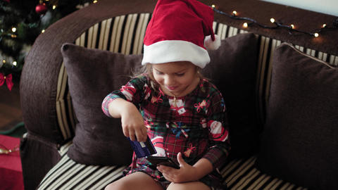 Xmas, winter, new year, Celebration, family concept - excited little girl Acción en vivo