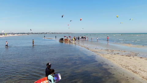27.07.2020, Genichesk, Ukraine, colorful kites of the kitesurfers in the air, 4k ライブ動画