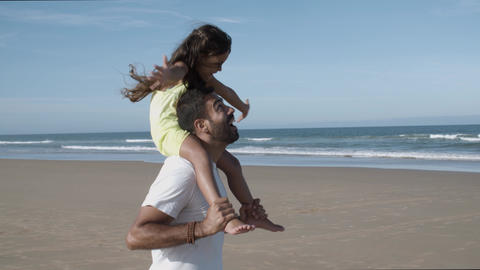 Joyful little daughter riding on fathers neck Acción en vivo