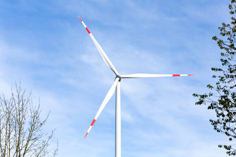 Wind turbine with a blue sky in the background Fotografía