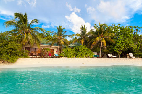 The beach in the Maldives with white sand and beautiful palm tre Fotografía