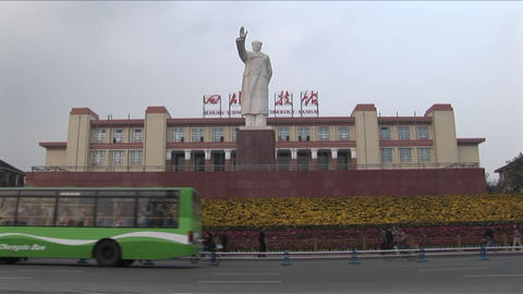 A statue of Chinese dictator Mao signals to a new China Stock Video Footage