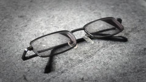 Men's glasses with a thin rim ビデオ