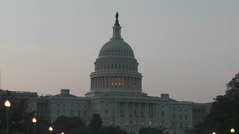 A zoom into the Capitol Building in Washington DC at dusk Acción en vivo