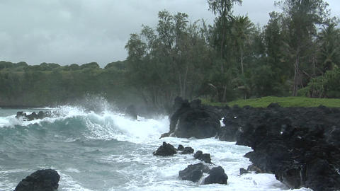 A large Pacific storm batters Hawaii with large waves Footage