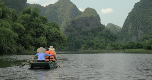 Boat tour along the river in Ha Long Bay, Vietnam Filmmaterial