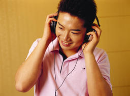 A man listening to the music フォト