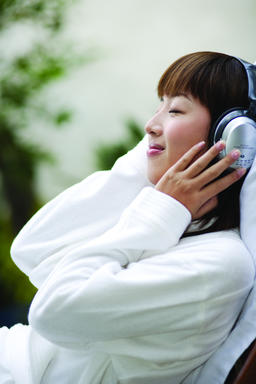 A young woman listening to the music ภาพถ่าย