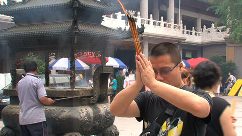 Praying at the Jing'an Temple Stock Video Footage