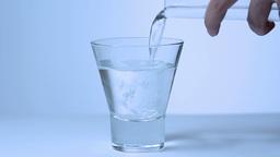 水を注ぐ女性「リアルタイム」 Stock Video Footage