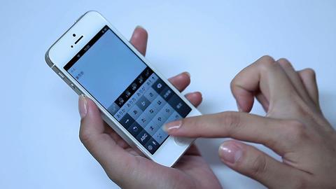 携帯電話で日本語で「ありがとう」とメールする女性... Stock Video Footage