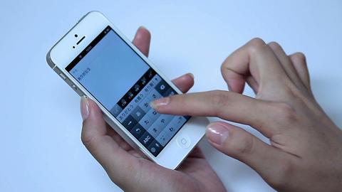 携帯電話で日本語で「ありがとう」とメールする女性 Footage