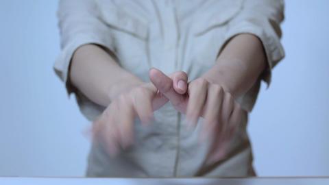 手で鳥の真似をする若い女性の手指 Stock Video Footage