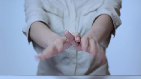 手で鳥の真似をする若い女性の手指 Animation