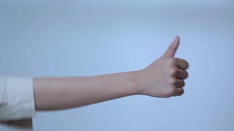 グッドサインを送る若い女性の腕 Stock Video Footage