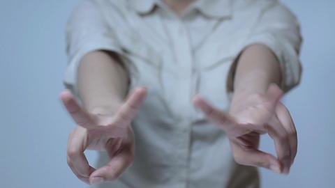 ピースサインをする若い女性 Stock Video Footage