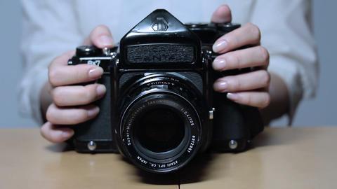 カメラを触りながら写真を撮る女性 Footage